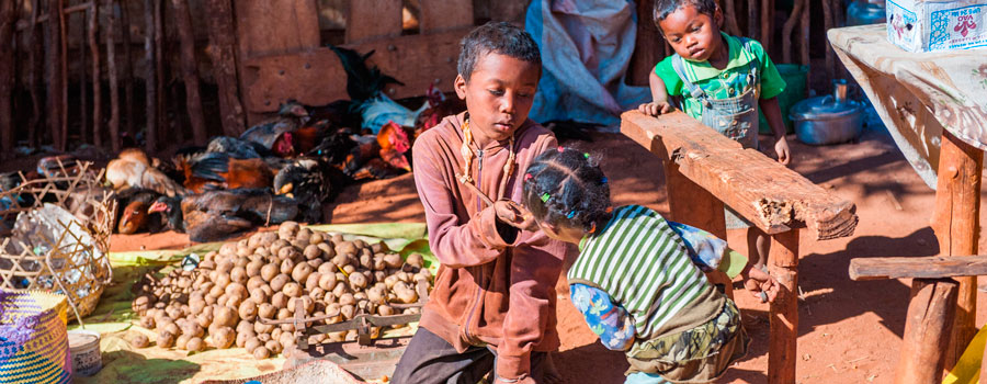 Madagascar-boy-with-food